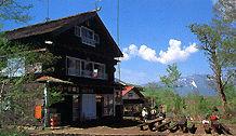 原の小屋の外観